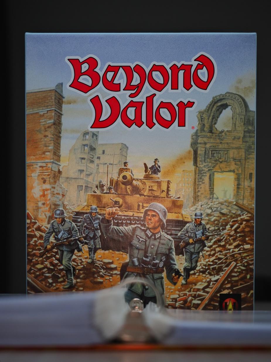 """Beyond Valor, czyli zbiór """"żetonów"""" (tak mogłoby wynikać z opisów w sieci). W praktyce w pudełku jest sporo (naprawdę) więcej."""