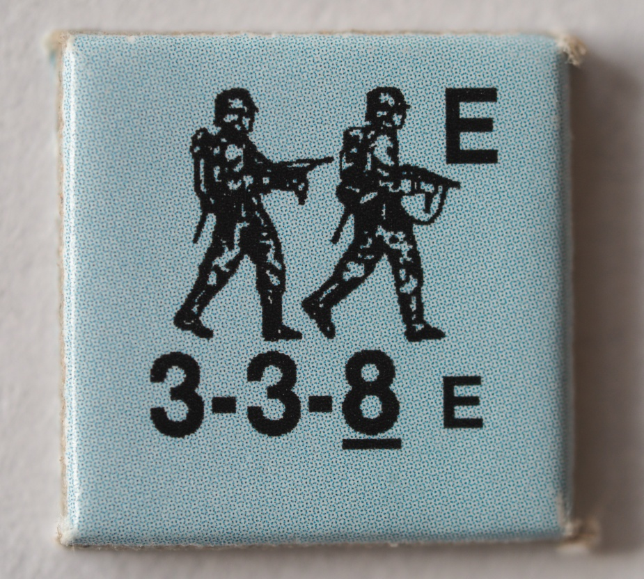Jednostka niemiecka, siła ostrzału: 3, normalny dystans ostrzału: 3, morale: 8. Pozostałem znaczki i literki - zdążyłem zapomnieć.