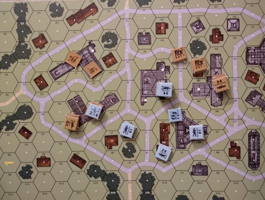 Jednostka na L3 zaraz zostanie zabita/rozbita. CKM z dowódcą w kamiennym budynku na I7 sieje zniszczenie. Rozbite jednostki na północnym-wschodzie nie dojdą już pewnie do siebie do końca gry.