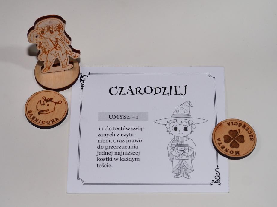 Czarodziej, monety i figurka.