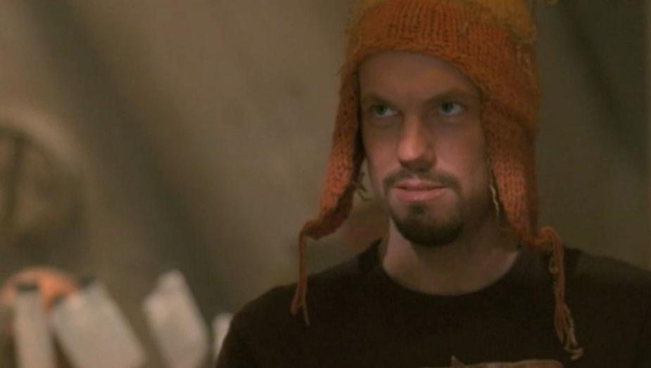 Kadr z serialu Firefly - Jane i budząca kontrowersje czapka